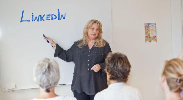 – Har du en LinkedIn-profil dukker den nesten alltid opp som link nummer 3, 4 eller 5 i resultatlisten, sier Kathe Arnesen, som er partner og strategirådgiver i Nordic Media Team